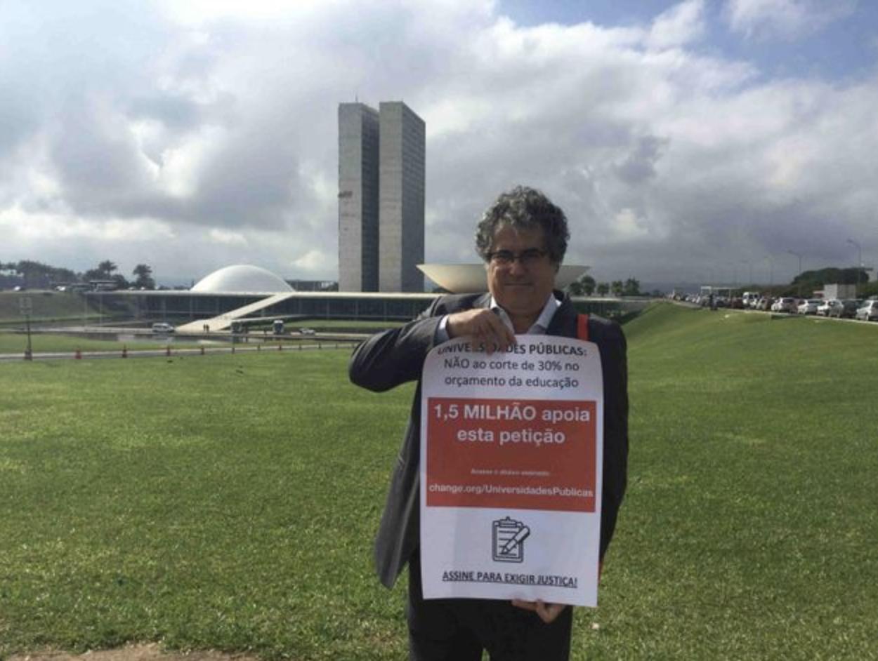 Em maio, o professor Daniel Peres levou sua mobilização em defesa das universidades até o Congresso Nacional (Crédito: Yahisbel Adames/Change.org)