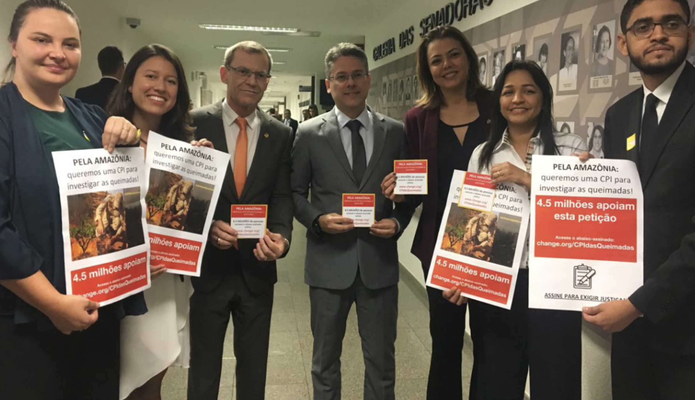 Senadores recebem abaixo-assinado e pressionam o presidente do Senado, Davi Alcolumbre, a abrir CPI das Queimadas (Crédito: Assessoria Senador Alessandro Vieira)