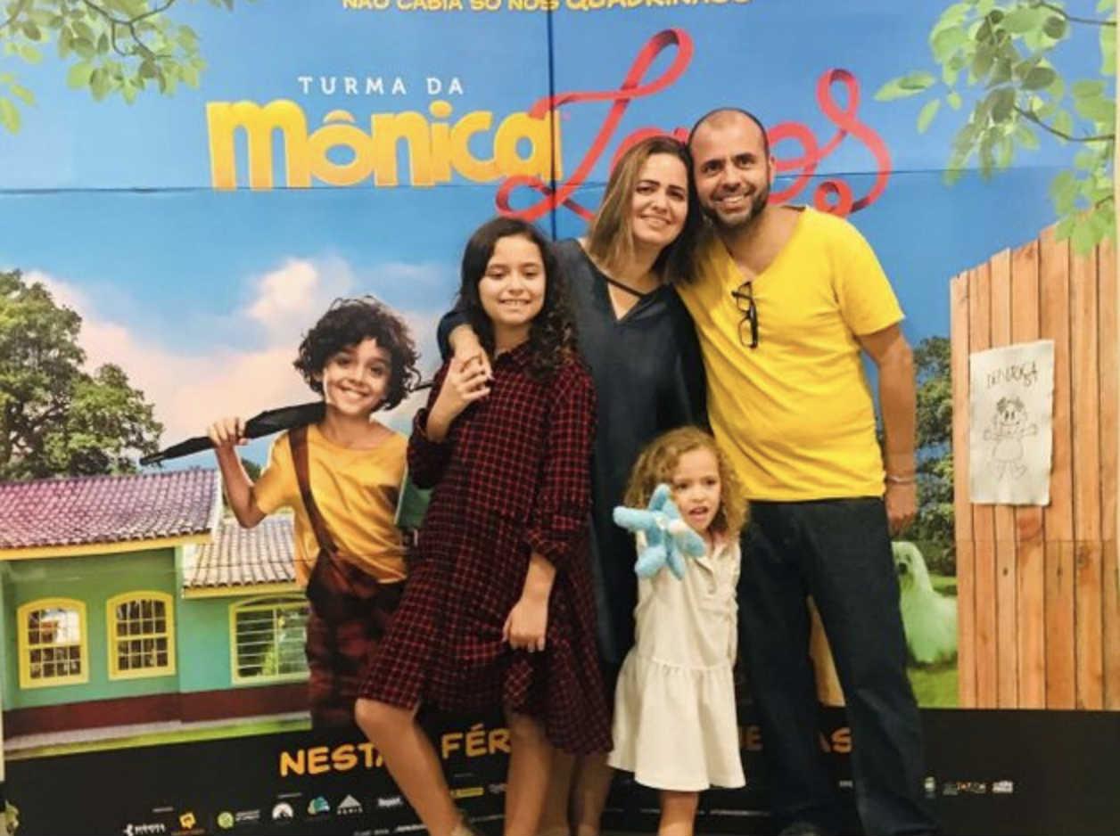Isabella (esq.) comemorou em família seu aniversário de 10 anos assistindo ao novo filme da Turma da Mônica. Crédito: Arquivo pessoal